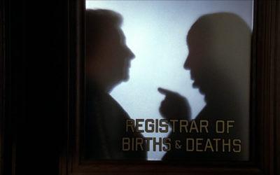"""Alfred Hitchcock e i suoi """"preziosi"""" cameo: un marchio discreto e una promessa d'immortalità"""